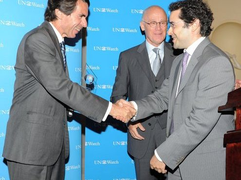 aznar_receiving_prize_-_lo-res_2